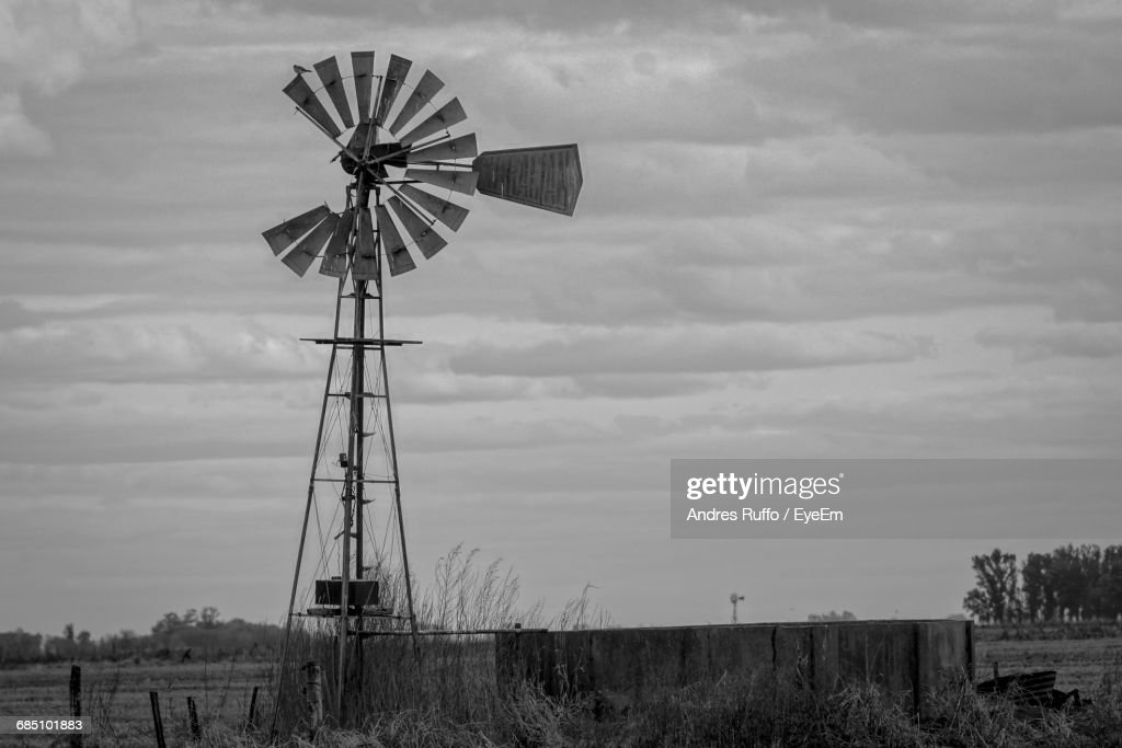 American-Style Windmill On Field Against Sky : Stock-Foto