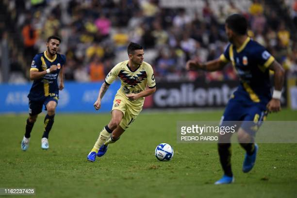 America´s Colombian midfielder Nicolas Benedetti dribbles past during a Mexican Apertura football tournament match against Morelia at the Azteca...