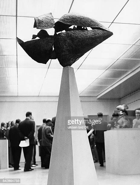 AmerikaHaus in Berlin Hardenbergstrasse Innenansicht Eröffnungsausstellung Acht amerikanische Künstler mit Gemälden und Skulpturen Skulptur Jungle...