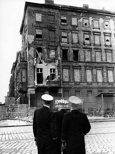 Amerikanische Marineoffiziere besuchen die Berliner Mauer an der Bernauer Strasse