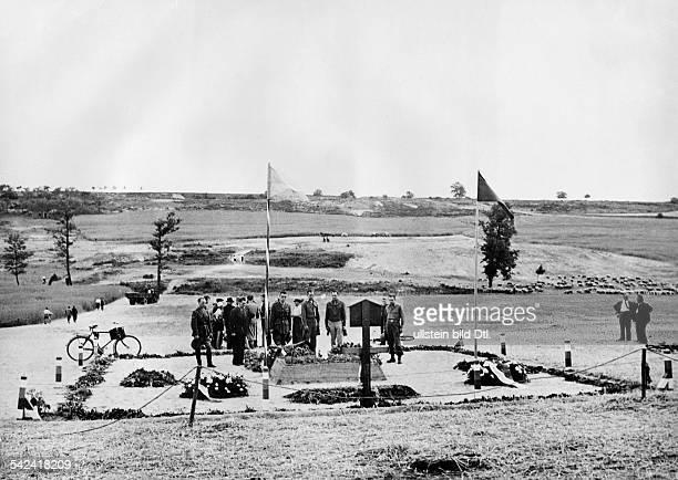 Amerikanische Soldaten am Massengrab derEinwohner von Lidice , dieals Vergeltung für das Attentat auf denstellvertretenden Reichsprotektor...