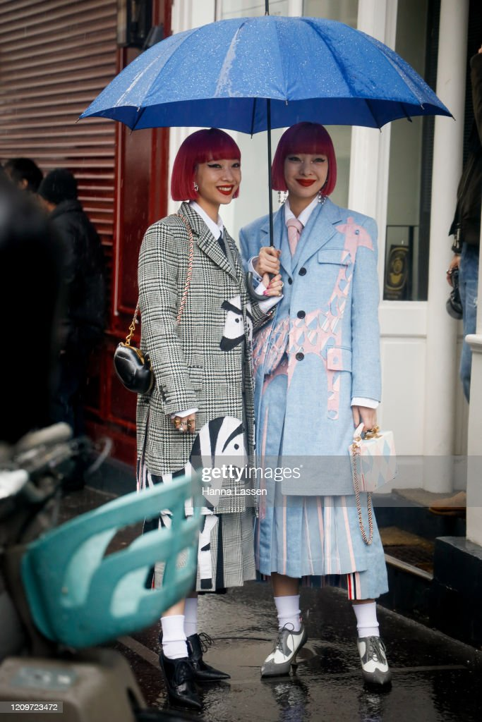 Street Style  - Paris Fashion Week - Womenswear Fall/Winter 2020/2021 : Day Seven : News Photo
