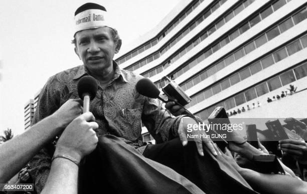 Amien Rais interviewé par des journalistes lors d'une manifestation à la suite des émeutes de Jakarta de mai 1998 Indonésie