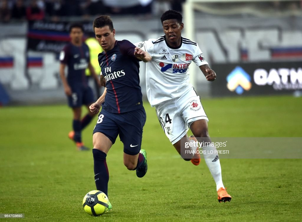 Amiens' Bongani Zungu (R) vies with Paris Saint-Germain's Argentinian midfielder Giovani Lo Celso during the French L1 football match between Amiens (L1) and Paris on May 4, 2018 at the Licorne stadium in Amiens.