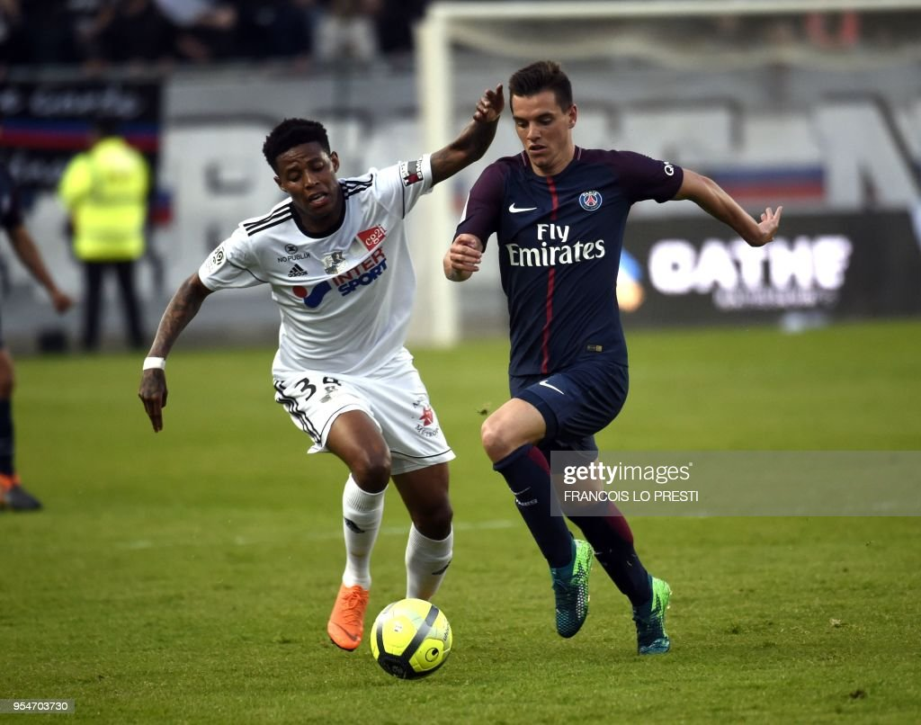 Amiens' Bongani Zungu (L) vies with Paris Saint-Germain's Argentinian midfielder Giovani Lo Celso during the French L1 football match between Amiens (L1) and Paris on May 4, 2018 at the Licorne stadium in Amiens.