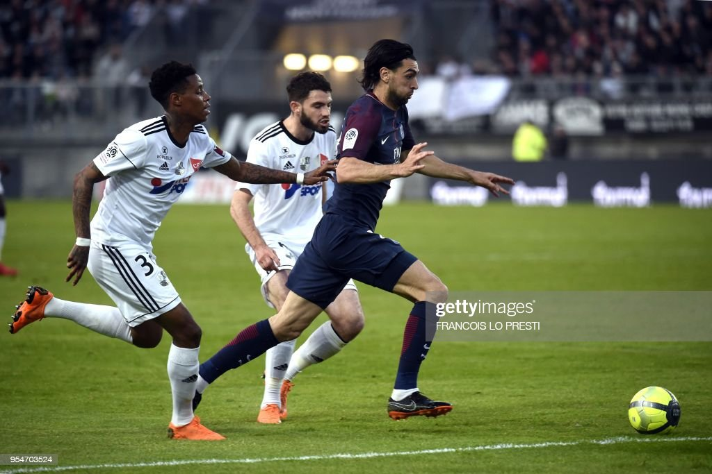 Amiens' Bongani Zungu (L) vies with Paris Saint-Germain's Argentinian forward Javier Pastore during the French L1 football match between Amiens (L1) and Paris on May 4, 2018 at the Licorne stadium in Amiens.