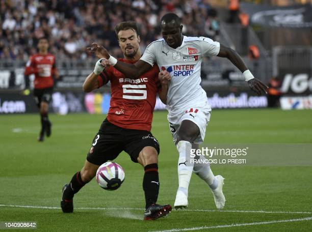 Amiens' French forward Moussa Konate vies with Rennes' French defender Damien Da Silva during the French L1 football match between Amiens and Rennes...