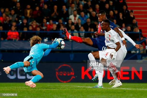 Amiens' French goalkeeper Regis Gurtner vies for the ball withCaen's French forward Claudio Beauvue during the French L1 football match between Caen...