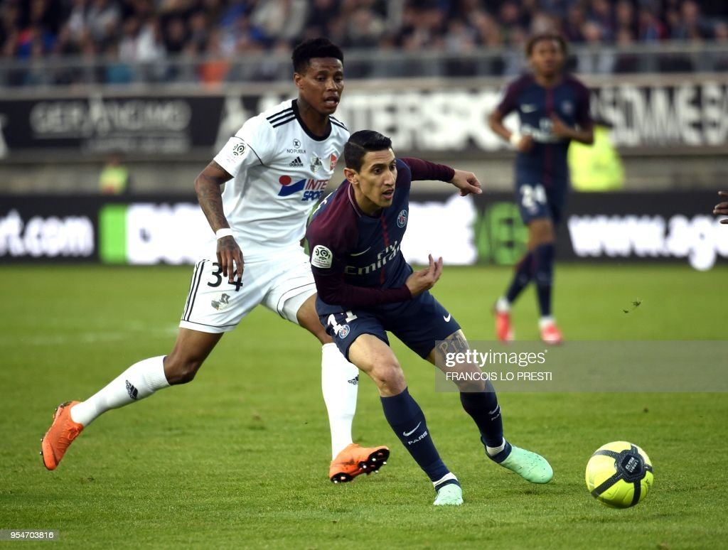 Amiens' Gael Kakuta (L) vies with Paris Paris Saint-Germain's Argentinian forward Angel Di Maria during the French L1 football match between Amiens (L1) and Paris on May 4, 2018 at the Licorne stadium in Amiens.