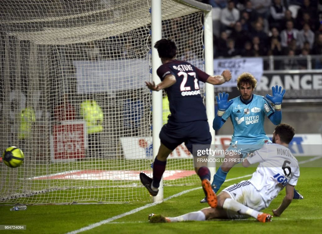 Amiens' goalkeeper Regis Gurtner (C) vies with Paris Saint-Germain's Argentinian forward Javier Pastore during the French L1 football match between Amiens and PSG, on May 4, 2018 at the Licorne stadium in Amiens.