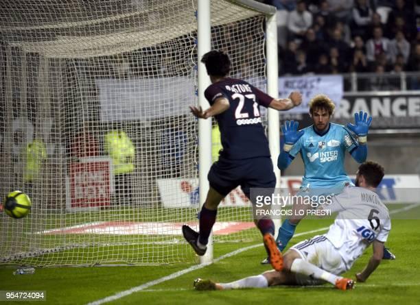 Amiens' goalkeeper Regis Gurtner vies with Paris SaintGermain's Argentinian forward Javier Pastore during the French L1 football match between Amiens...