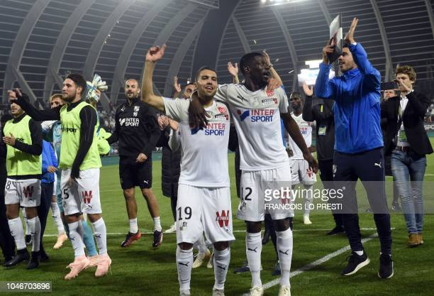 Amiens' players jubilate after winning during the French L1 football match between Amiens and Dijon on October 6 2018 at the Licorne stadium in Amiens
