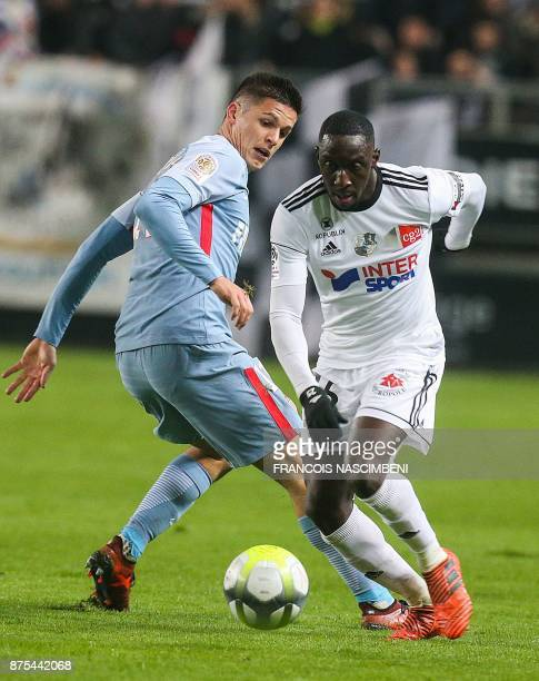 Amiens' Senegalese defender Issa Cissokho outruns Monaco's ItalianArgentinian forward Guido Carrillo during the French L1 Football match Amiens vs...