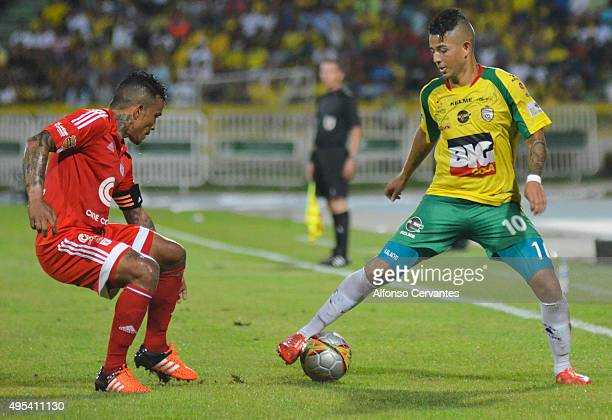 Amilcar Henriquez of América and Carlos Echeverry of Real Cartagena fight for the ball during a match between Real Cartagena and America de Cali as...