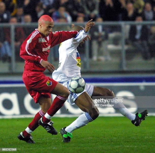 L'Amiénois Ewolo Oscar est à la lutte avec le Rémois Malek Ait Alia le 31 mars 2001 au Stade de la Licorne à Amiens lors de la rencontre Amiens/Reims...