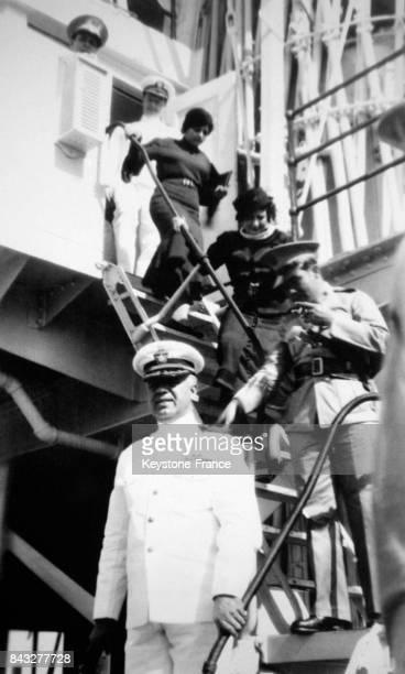 L'amiral Freeman commandant de la flotte américaine reçoit ses invités d'honneur le dictateur militaire cubain Fulgencio Batista et son épouse...