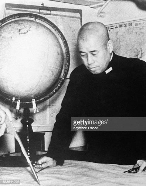 L'amiral Isoroku Yamamoto photographié devant une carte d'état major en 1942