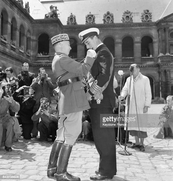 L'amiral Lord Mountbatten décoré de la Grand Croix de la Légion d'honneur par le général Juin chef d'Etat Major de l'armée à Paris France en 1946