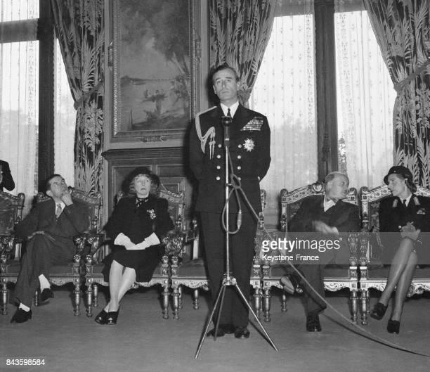 L'amiral Lord Mountbatten prononce un discours à l'Hôtel de Ville de Paris France en 1946