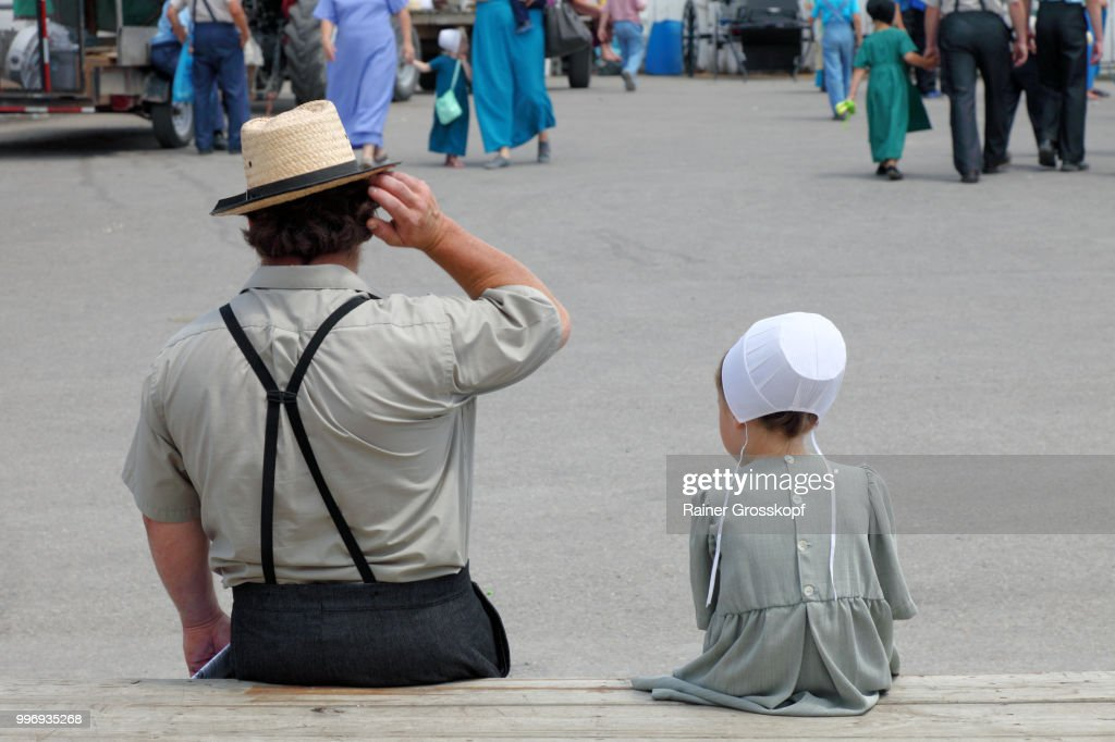 Amish People at Amish Auction in Mt. Hope in Holmes County : Stock-Foto