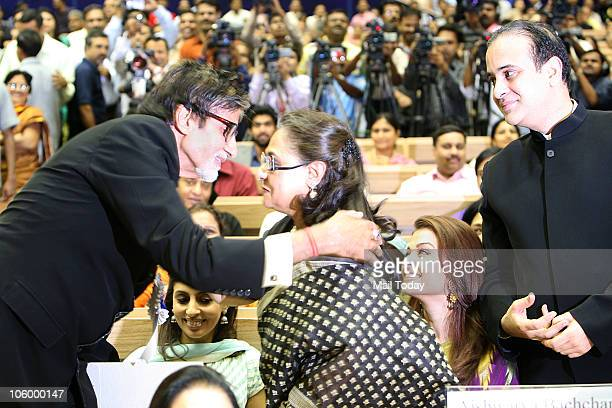 Amitabh Bachchan is congratulated by wife Jaya as Shweta Aishwarya and Nikhil Nanda looks on after he won the Best actor National award for 'Paa'...