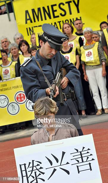 Amnesty International members perform an interpretation of an execution scene on May 31 2008 in Paris during the event An arena for human rights in...