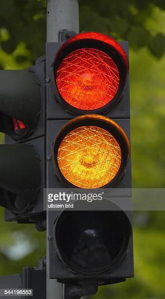 Ampel zeigt Rot und Gelb Symbol Ampelkoalition