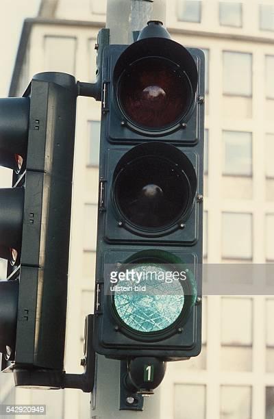 Ampelanlage mit grünem Lichtzeichen. Straßenverkehr; Ampelanlage; Ampel mit Grünlicht; Ampel; Grün; Lichtzeichenanlage; Lichtsignalanlage;...