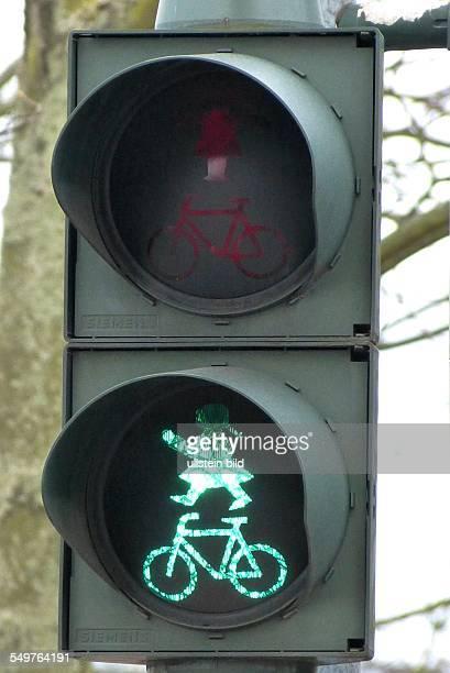 Ampelfrau regelt den Verkehr in Fuerstenwalde /Brandenburg Neues Fussgängersingnal an der Ampel grün