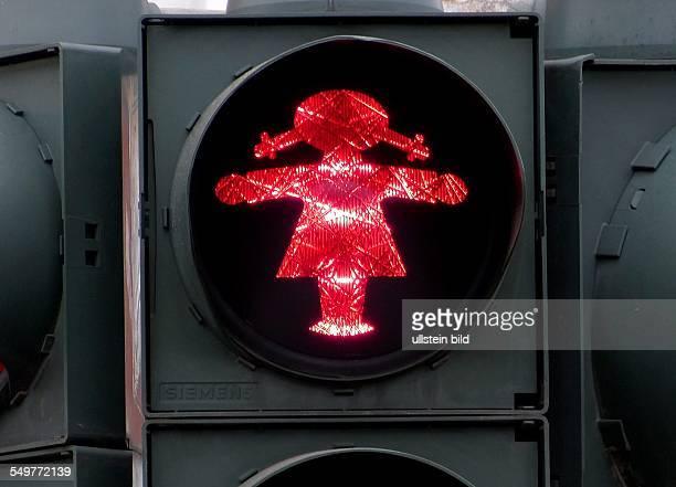 Ampelfrau regelt den Verkehr in Fuerstenwalde /Brandenburg Neues Fussgängersingnal an der Ampel rot