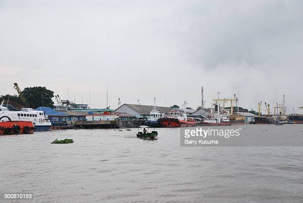 ampera bridge and musi river - barry crane stock-fotos und bilder