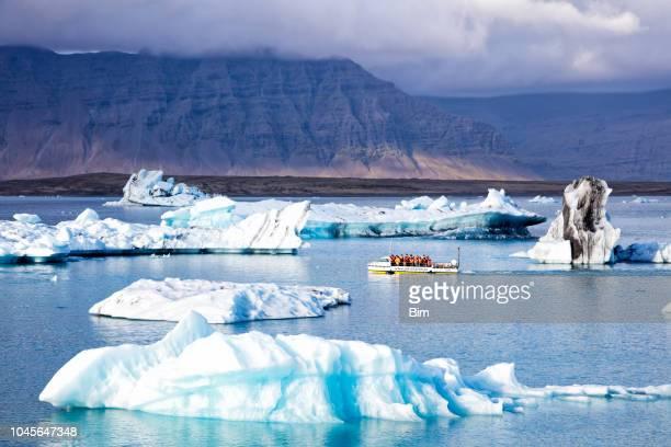 anfíbios de passeio de barco na lagoa glaciar de jokulsarlon, islândia - parque nacional - fotografias e filmes do acervo