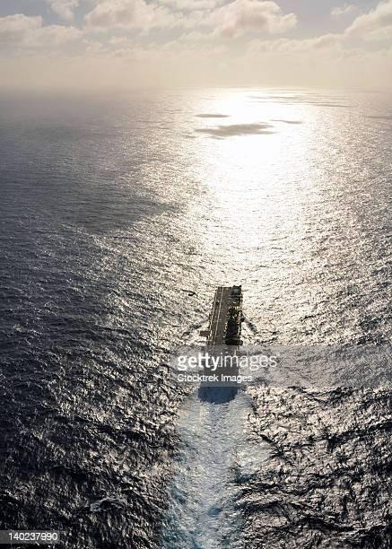 amphibious assault ship uss boxer underway in the pacific ocean. - 軍艦 ストックフォトと画像