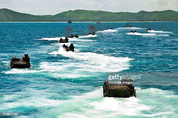 amphibious assault vehicles approach hat yao beach, thailand. - golf von thailand stock-fotos und bilder