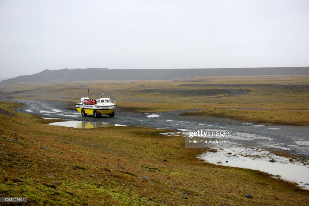 Amphibious vehicle and a group of tourists visiting Jokulsarlon lagoon, Eastern Iceland : Stock-Foto