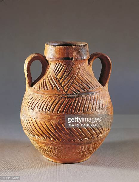 Amphora carved with geometric patterns red pottery