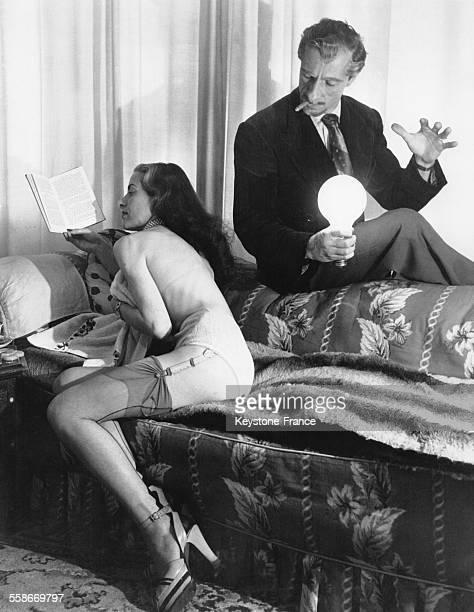 L'ampoule sans fil que tient l'illusionniste Bobby Voltaire dans la main s'éclaire et permet à sa partenaire de lire