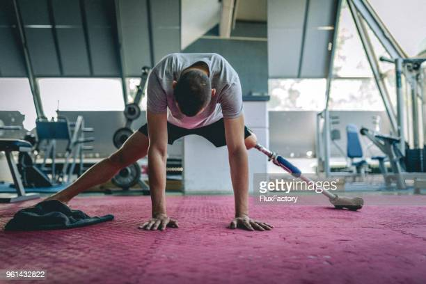 amputee athlete warming up before a workout - adversidade imagens e fotografias de stock