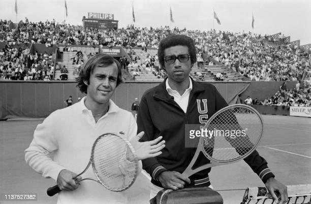 Américain Arthur Ashe et le français Georges Goven posent le 31 mai 1971, avant leur match de huitième de finale des Internationaux de France de...