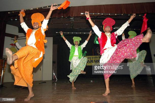 Indian students perform a traditional Punjabi 'Bhangra' dance during celebrations of a youth fetival at a university in Amritsar, 28 october 2006....
