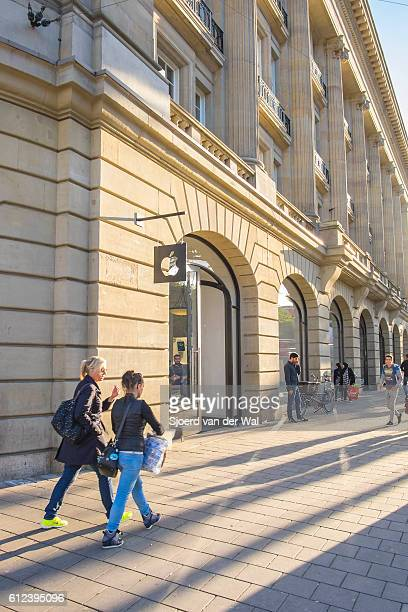 """amsterdam apple store entrance in the afternoon - """"sjoerd van der wal"""" stock pictures, royalty-free photos & images"""