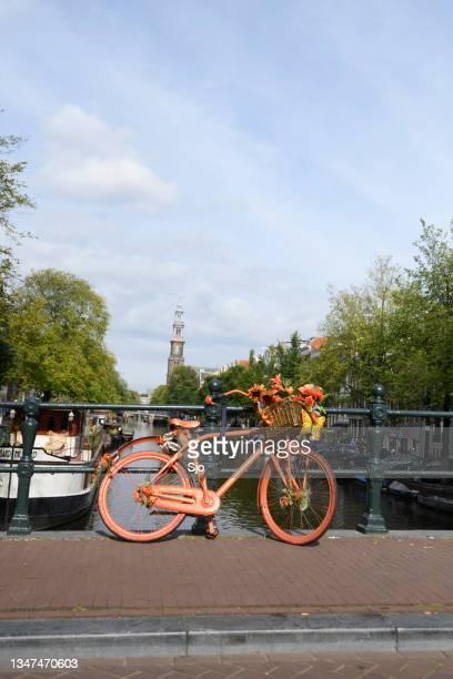 """amsterdam bicycle on a bridge over the canals - """"sjoerd van der wal"""" or """"sjo"""" stockfoto's en -beelden"""
