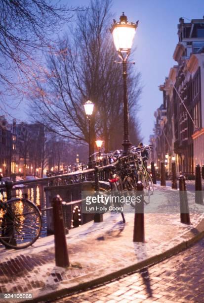 amsterdam bridge at night in winter - lyn holly coorg fotografías e imágenes de stock