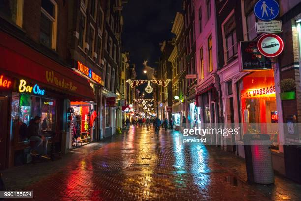 amsterdam bei nacht  - red light district stock-fotos und bilder