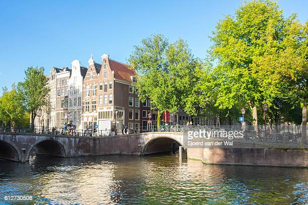 "amsterdam canal and traditional houses in early autumn - ""sjoerd van der wal"" imagens e fotografias de stock"