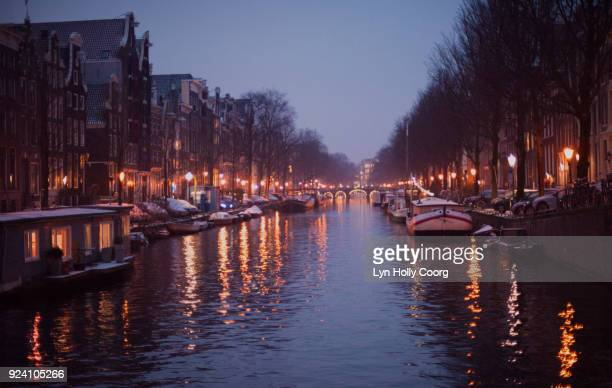 amsterdam canal in winter at night - lyn holly coorg stock-fotos und bilder