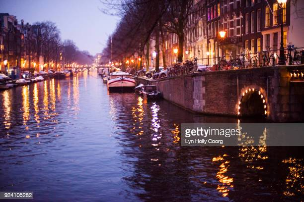 amsterdam canal in winter at night - lyn holly coorg stock pictures, royalty-free photos & images
