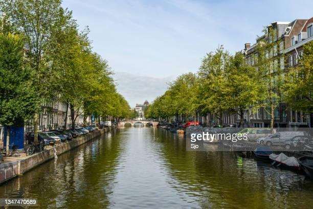 "amsterdam canal street view during early autumn - ""sjoerd van der wal"" or ""sjo"" stockfoto's en -beelden"
