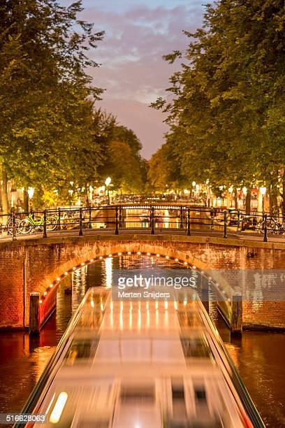 amsterdam canal tourboat on leidsegracht - merten snijders stock-fotos und bilder
