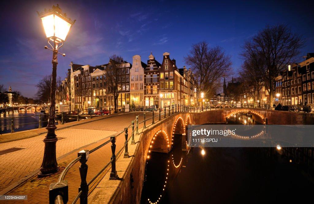 Amsterdamse grachten en typische grachtenpanden in de schemering : Stockfoto